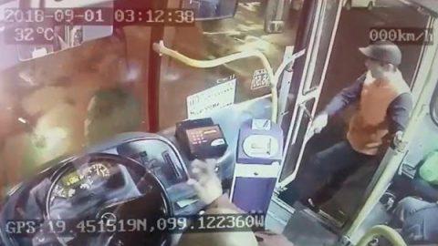 Cámaras captan robo en transporte público en menos de un minuto