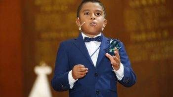 Niño orador domina miedo de hablar en público