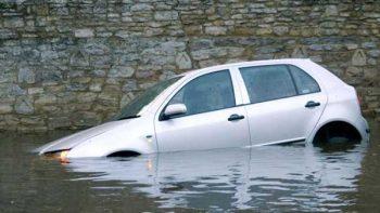 ¿Cómo salir de tu coche si se está hundiendo?