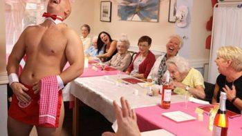 Camareros desnudos atienden a ancianas en asilo