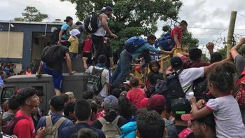 'No somos delincuentes', gritan migrantes