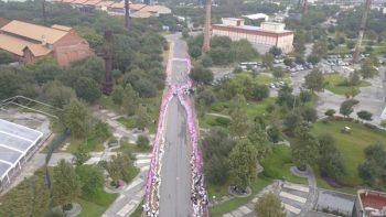 Forma IMSS lazo humano para celebrar la lucha contra el cáncer de mama