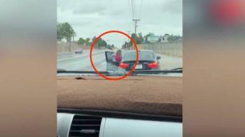 Roba auto de su madre y ella lo baja a 'cinturonazos' (VIDEO)