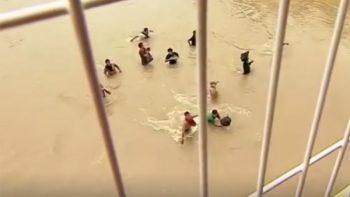 Migrantes se lanzan al río en su intento por ingresar a México