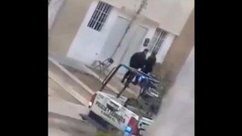 Policías de Nuevo León no pueden ¡con una puerta!