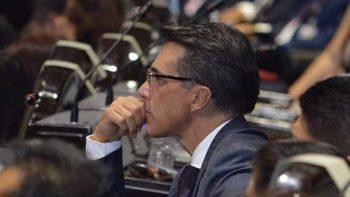Sergio Mayer rompe protocolo en instalación de Comisión de Cultura