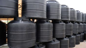 Aprovechan la escasez de agua para vender tinacos en Ecatepec