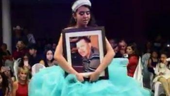 Bailó abrazada a foto de su padre y revela la dolorosa razón (VIDEO)