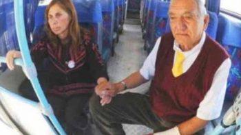 Anciano lleva al trabajo a su esposa con Alzheimer para cuidarla