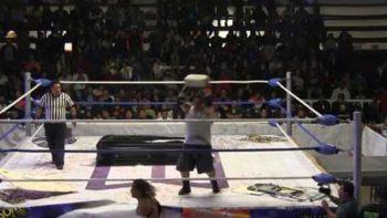 Suspenden a luchador Ángel o Demonio por dar ladrillazo a rival