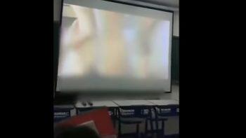 Por error profesor proyectó vídeo íntimo a sus alumnos