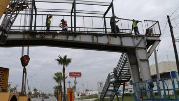 Retiran peligroso puente peatonal en Matamoros
