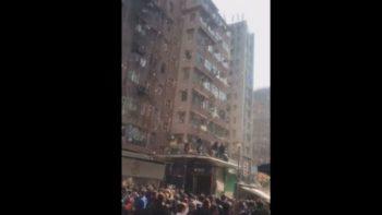 Arrestan a hombre por lanzar dólares por una ventana en Hong Kong (VIDEO)