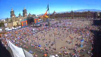 La gente esperó bajo el rayo del sol la llegada de AMLO al Zócalo