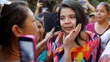 Liberan en El Salvador a joven acusada de aborto