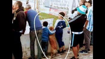 Conmueven niños junto con su perro viendo partido de futbol en Argentina