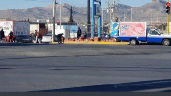 Ciudadanos ayudan a recoger productos de Bimbo en lugar de robar