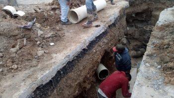 Repara COMAPA línea de agua en la colonia Almaguer