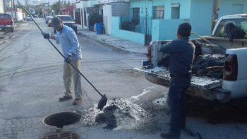 Limpia COMAPA drenaje sanitario en la colonia Rodríguez
