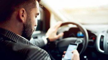 Disminuye uso de celular de conductores al volante: estudio
