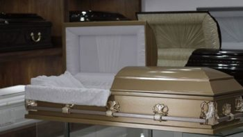 Entra a funeraria roba joyas y viola un cadáver por andar borracho