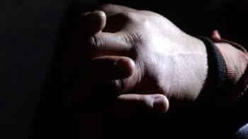 Policías rescatan a niño maniatado y encerrado en cuarto de madera