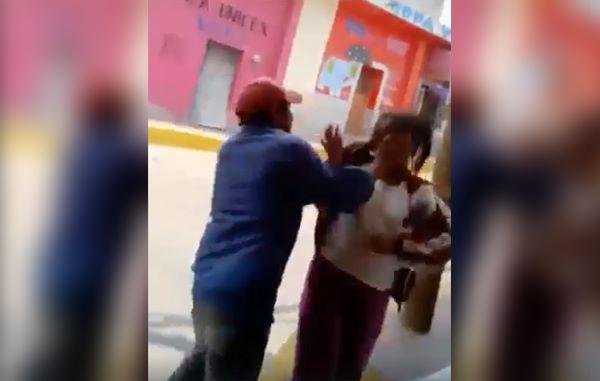 Entre burlas y carcajadas golpean a mujer con discapacidad (VIDEO)