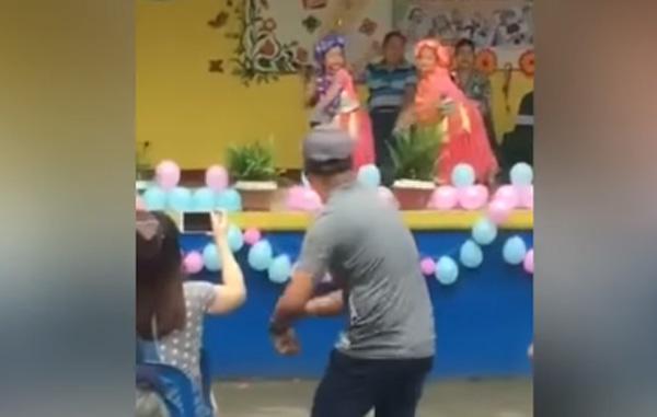 Padre baila en festival para que su hija supere el pánico (VIDEO)