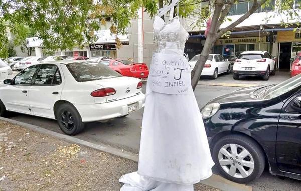 Cuelgan vestido de novia con reclamo de infidelidad en Monterrey